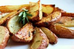 Картофель с розмарином и чесноком