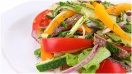 Салат с говядиной и огурцами.